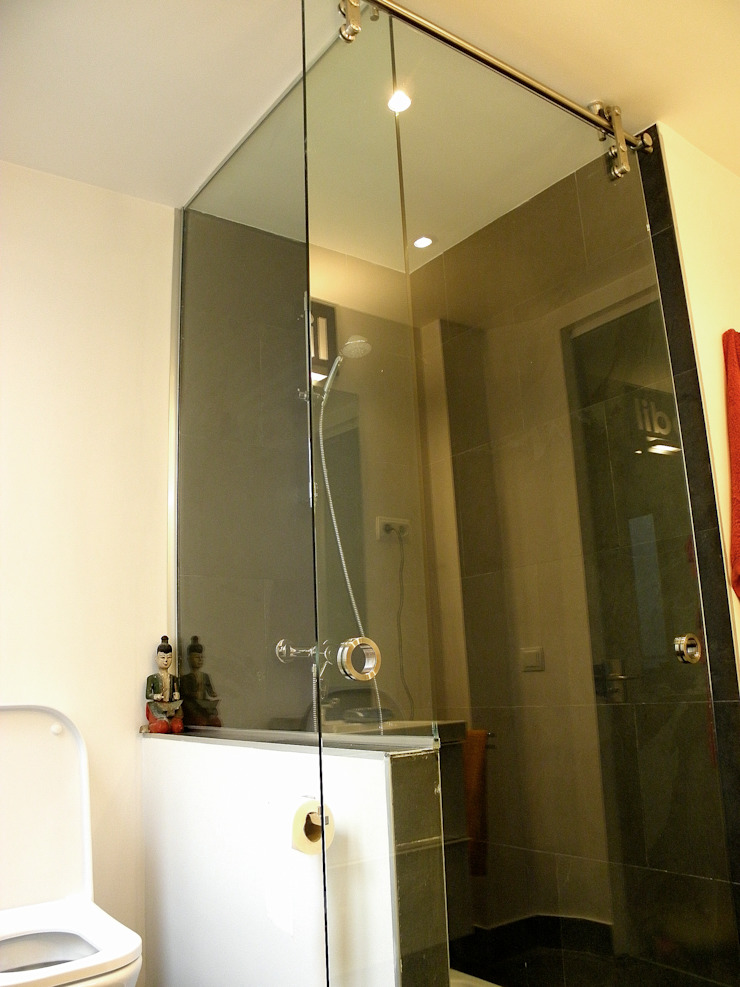 Modern Bathroom by Traber Obras Modern