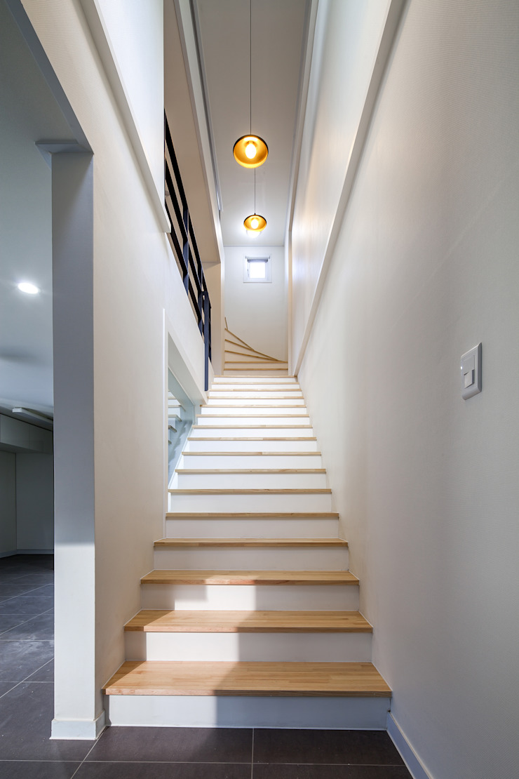 Modern corridor, hallway & stairs by IDEA5 ARCHITECTS Modern