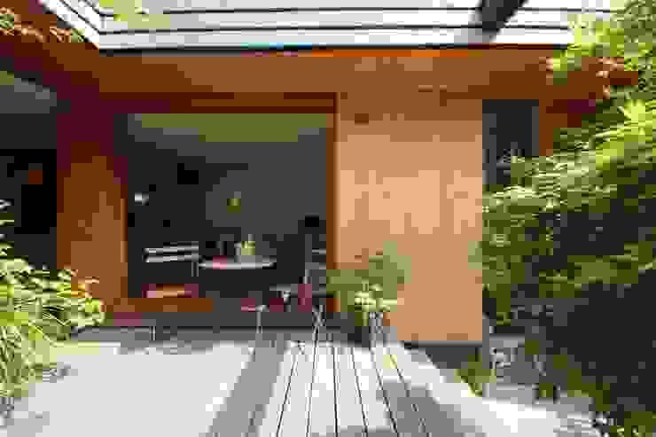 新井アトリエ一級建築士事務所 Jardines de estilo moderno