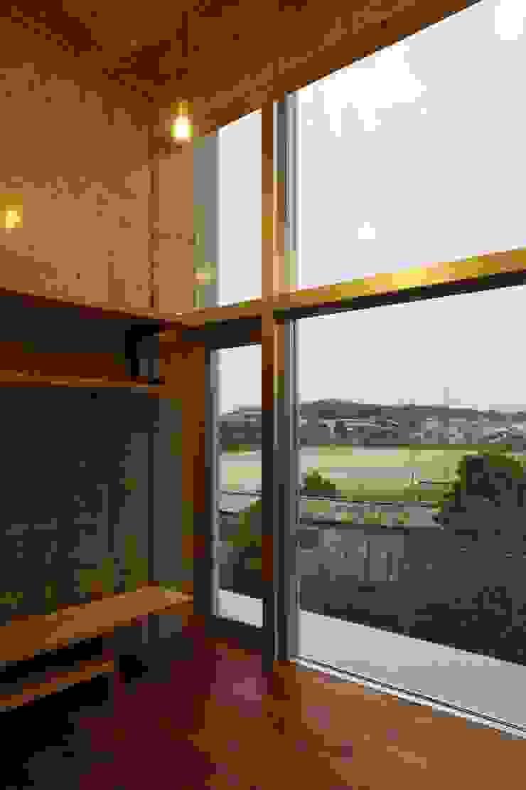 リビングから臨むグランド モダンデザインの リビング の 白根博紀建築設計事務所 モダン