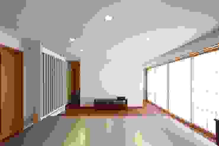Modern Living Room by 白根博紀建築設計事務所 Modern