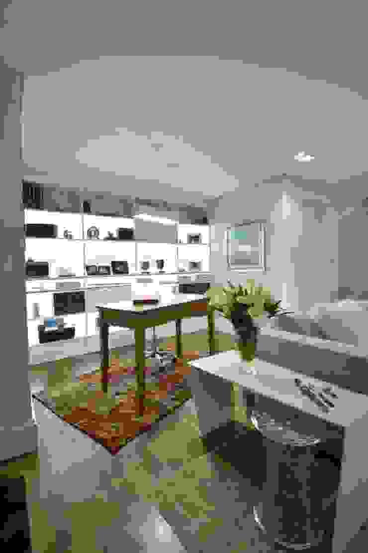 Estar leve e atemporal Salas de estar modernas por karen feldman arquitetos associados Moderno