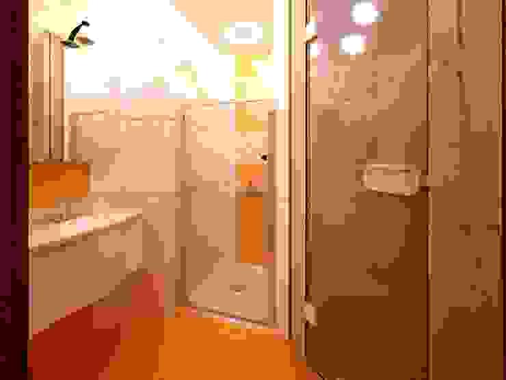 Salle de bain scandinave par Универсальная история Scandinave