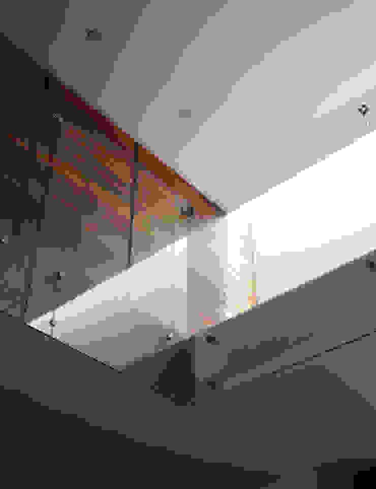 CASA UD Pasillos, vestíbulos y escaleras modernos de citylab Laboratorio de Arquitectura Moderno