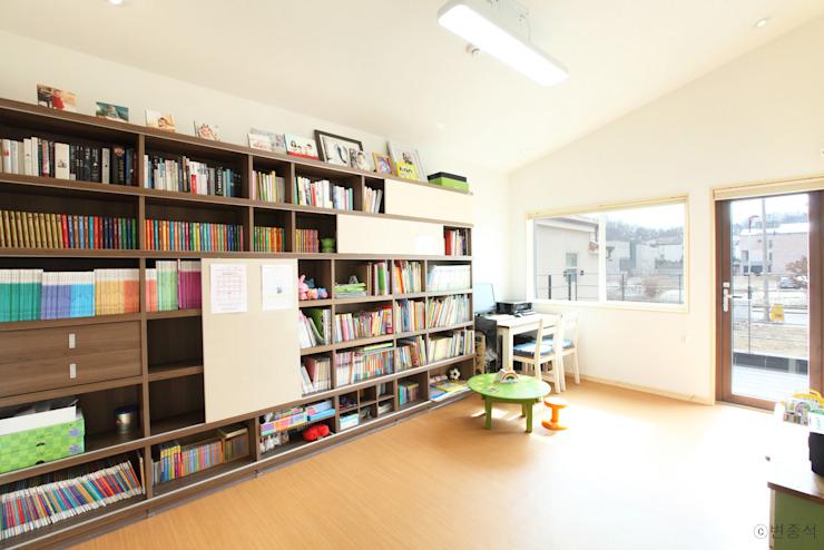Modern Study Room and Home Office by 춘건축 Modern