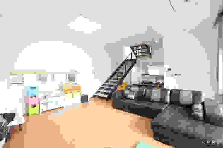 Modern Living Room by 춘건축 Modern