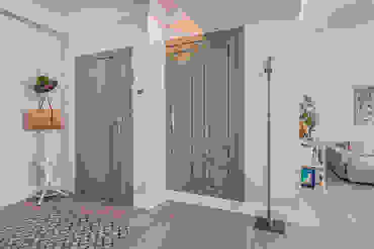 Entrada a la vivienda reformada de DISEÑO Y ARQUITECTURA INTERIOR