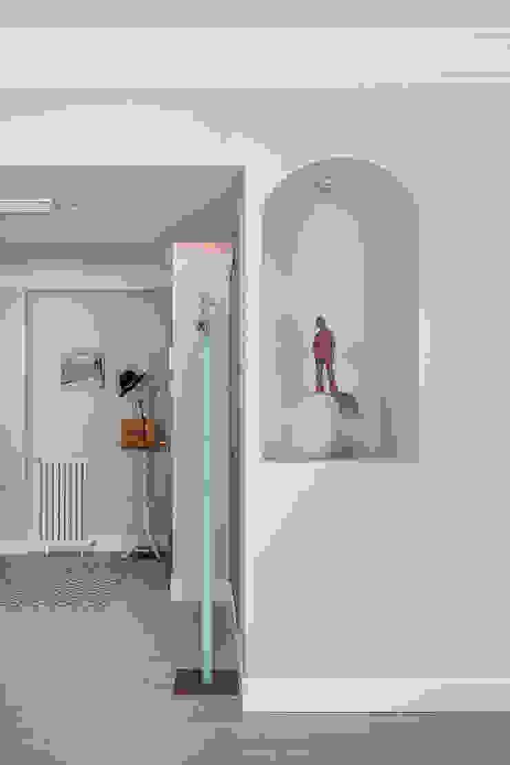 Hall de entrada con detalle constructivo de DISEÑO Y ARQUITECTURA INTERIOR
