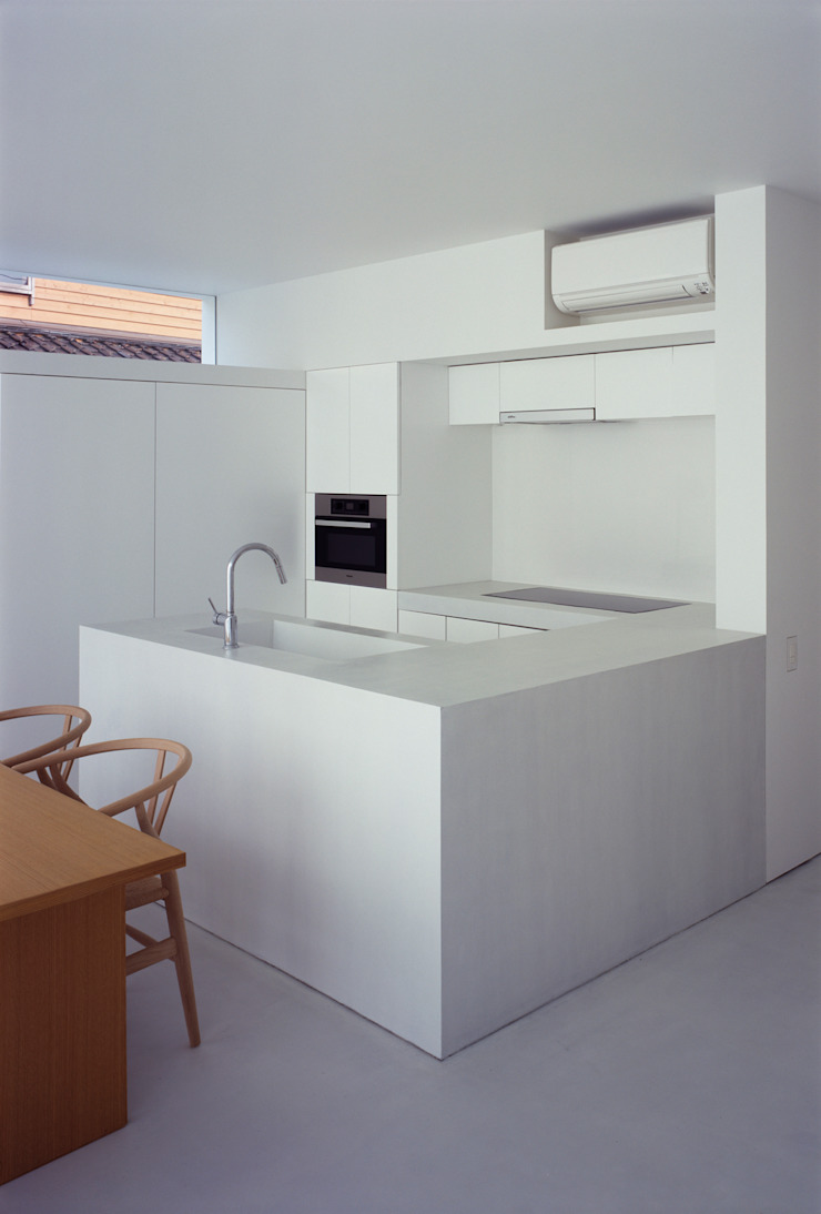 White Cave House モダンな キッチン の 山本卓郎建築設計事務所 モダン
