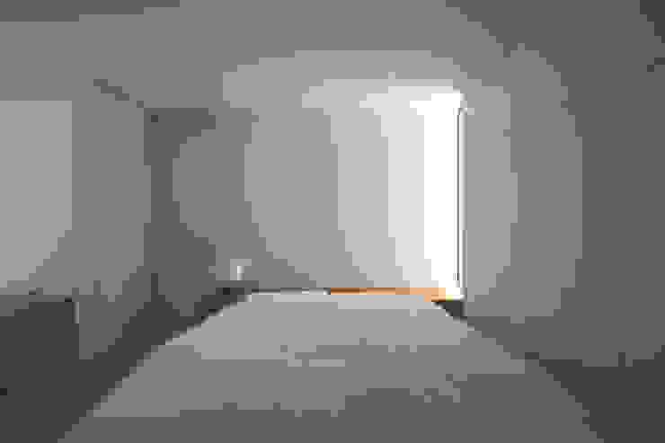 White Cave House モダンスタイルの寝室 の 山本卓郎建築設計事務所 モダン