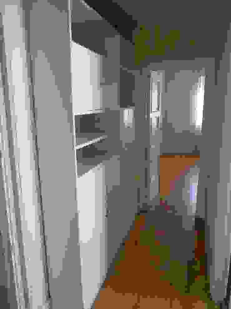 Otra vista del pasillo entre dormitorios sin reformar de DISEÑO Y ARQUITECTURA INTERIOR