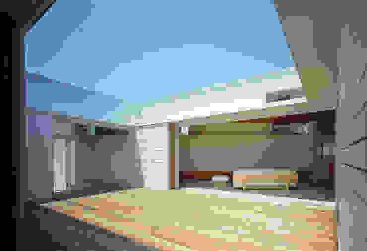 F-WHITE: 山本卓郎建築設計事務所が手掛けたテラス・ベランダです。,モダン