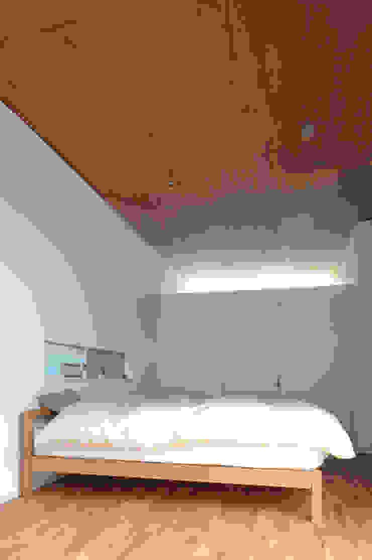 F-WHITE モダンスタイルの寝室 の 山本卓郎建築設計事務所 モダン