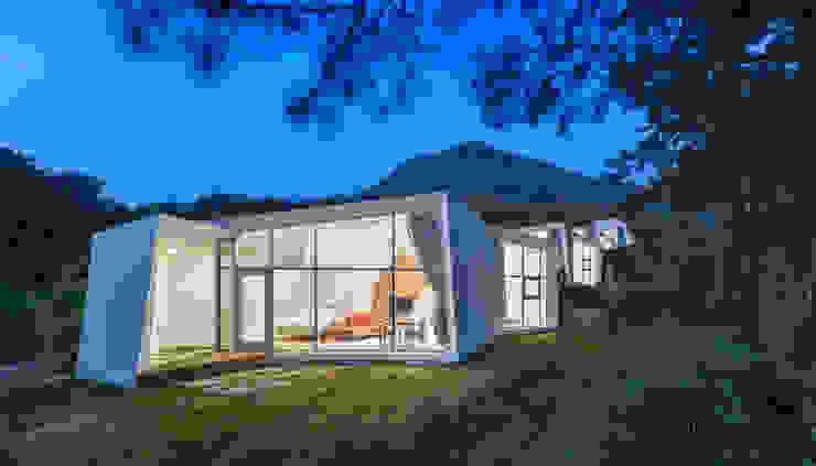 Knot House unfolds in Geoje Island, South Korea Artrier Chang 모던 스타일 호텔