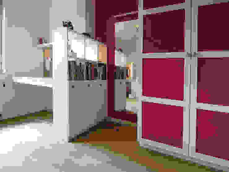 Studeerhoek en kledingkast Moderne kinderkamers van Schindler interieurarchitecten Modern