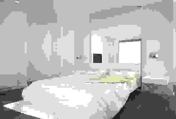 Dom w stylu bauhaus - Niemcy Minimalistyczna sypialnia od Kameleon - Kreatywne Studio Projektowania Wnętrz Minimalistyczny