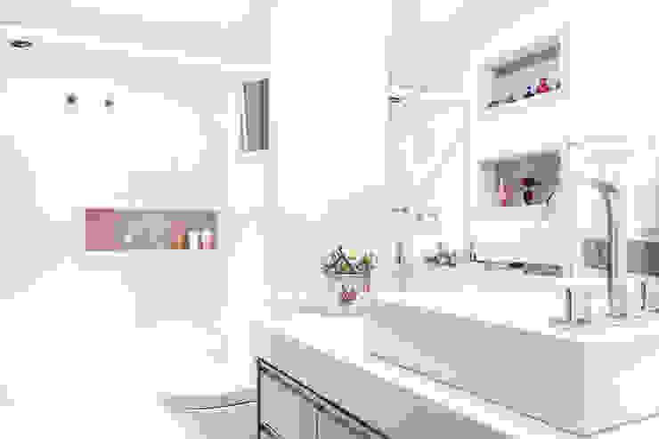 Banheiro com tons neutros Banheiros modernos por Barbara Dundes   ARQ + DESIGN Moderno