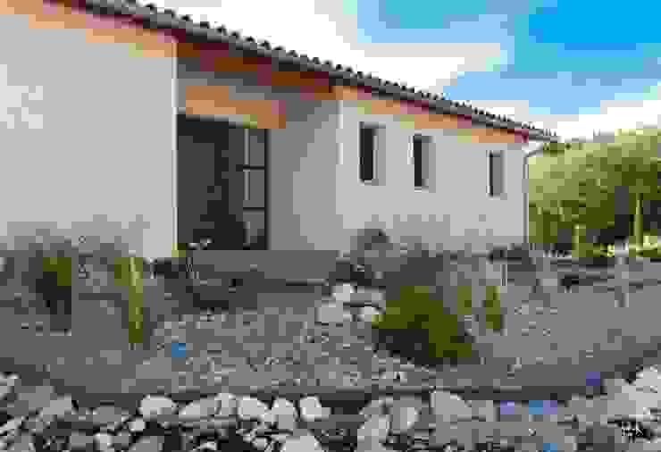 Entrée : le jardin sec Maisons modernes par POUGET Agnès Moderne