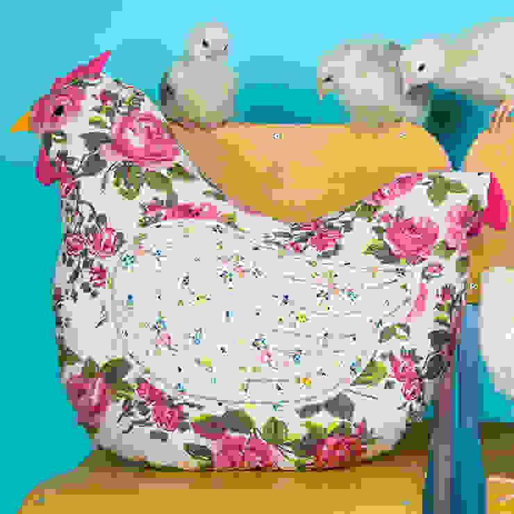 Country Chic Hen Cushion por Sass & Belle Campestre
