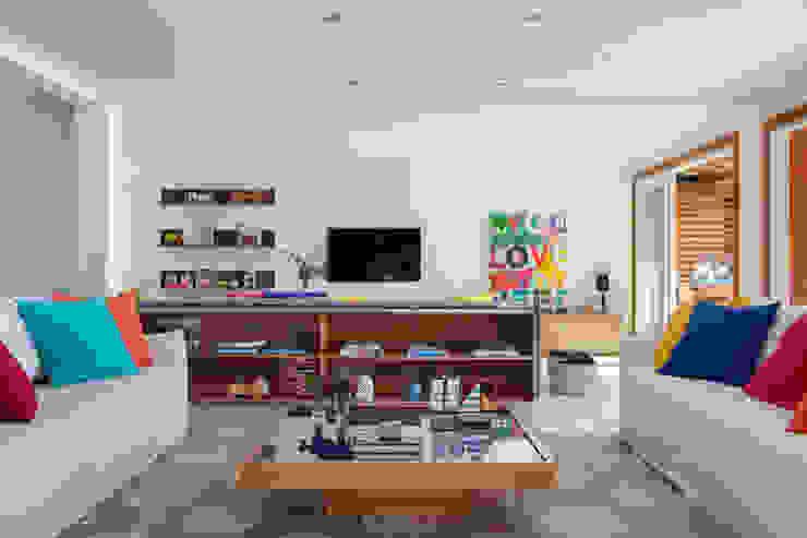 Ruang Keluarga oleh Adriana Valle e Patricia Carvalho