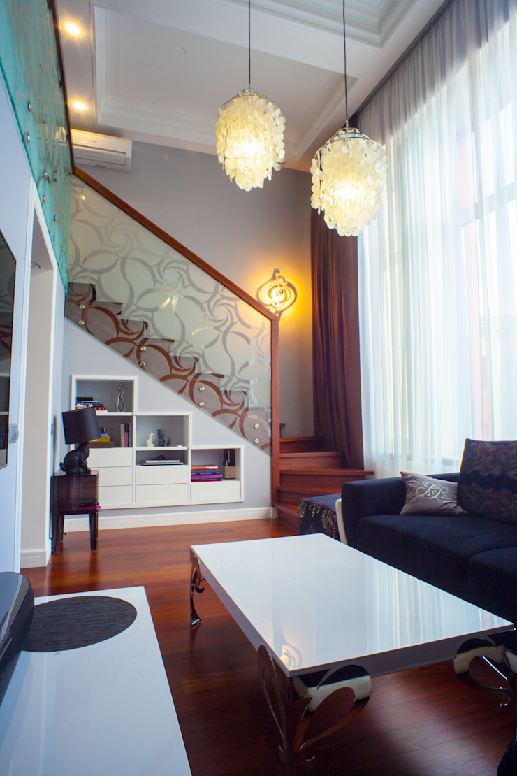 гостиная, вид на лестницу от Елена Савченко. Студия интерьера