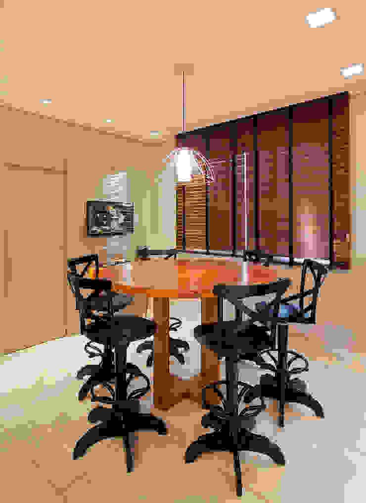 RESIDÊNCIA SERRANOS Salas de jantar modernas por Isabela Bethônico Arquitetura Moderno