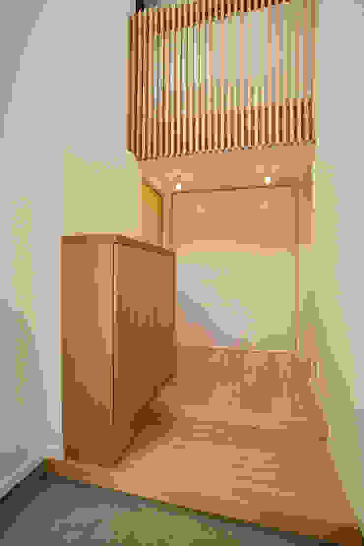 玄関部分 モダンな 壁&床 の 白根博紀建築設計事務所 モダン