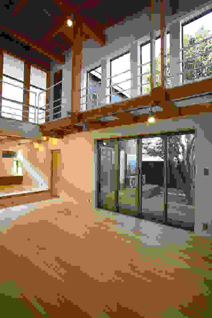中庭を臨むリビング モダンデザインの リビング の 白根博紀建築設計事務所 モダン