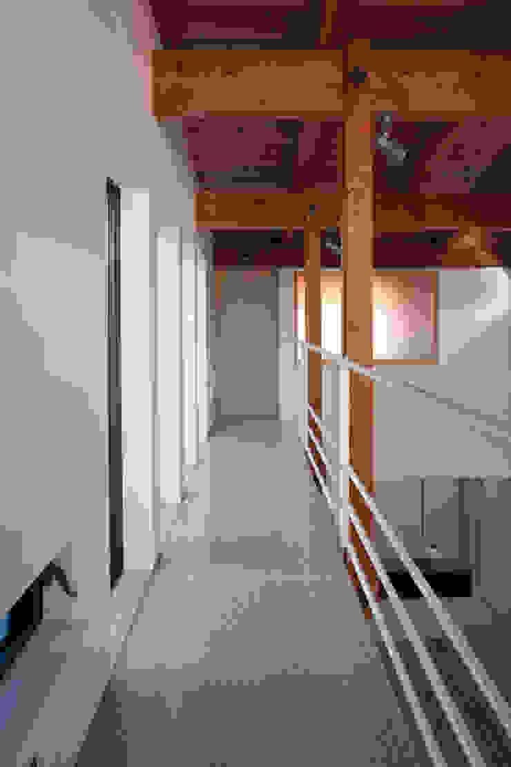 光を取り込んだ廊下 モダンスタイルの 玄関&廊下&階段 の 白根博紀建築設計事務所 モダン
