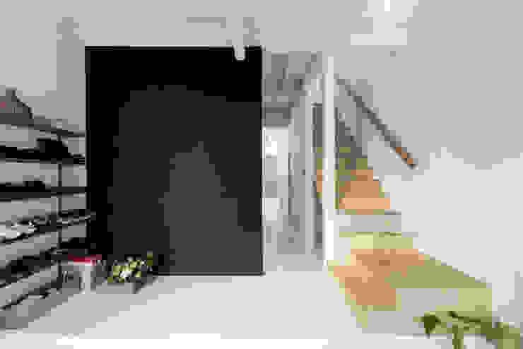 Pasillos y hall de entrada de estilo  por coil松村一輝建設計事務所, Ecléctico