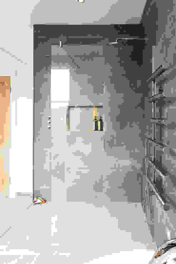 Wet room Modern bathroom by Affleck Property Services Modern