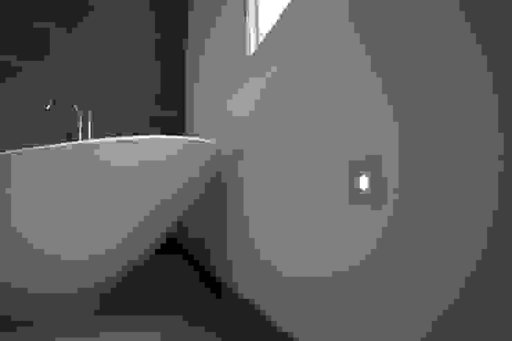 Phòng tắm theo Affleck Property Services, Hiện đại