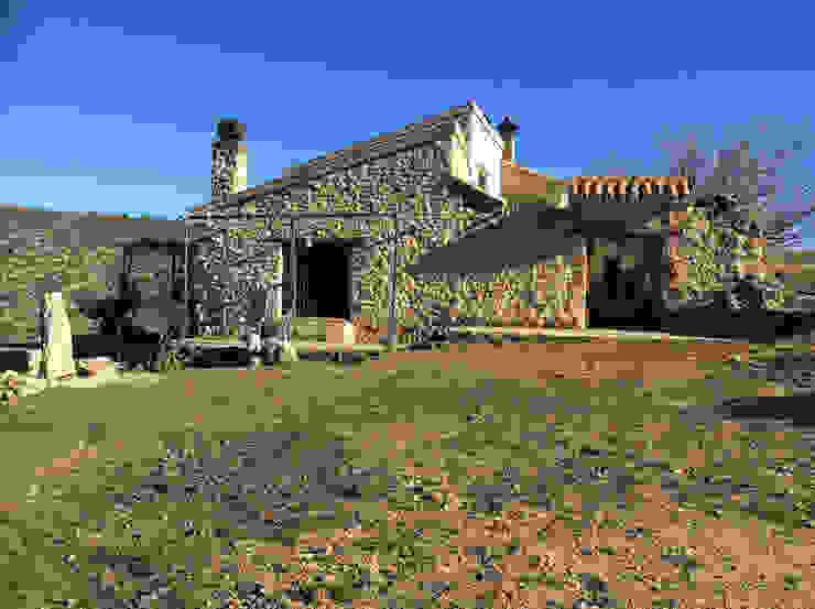 Fachada de piedra. Casas de estilo rural de Anticuable.com Rural