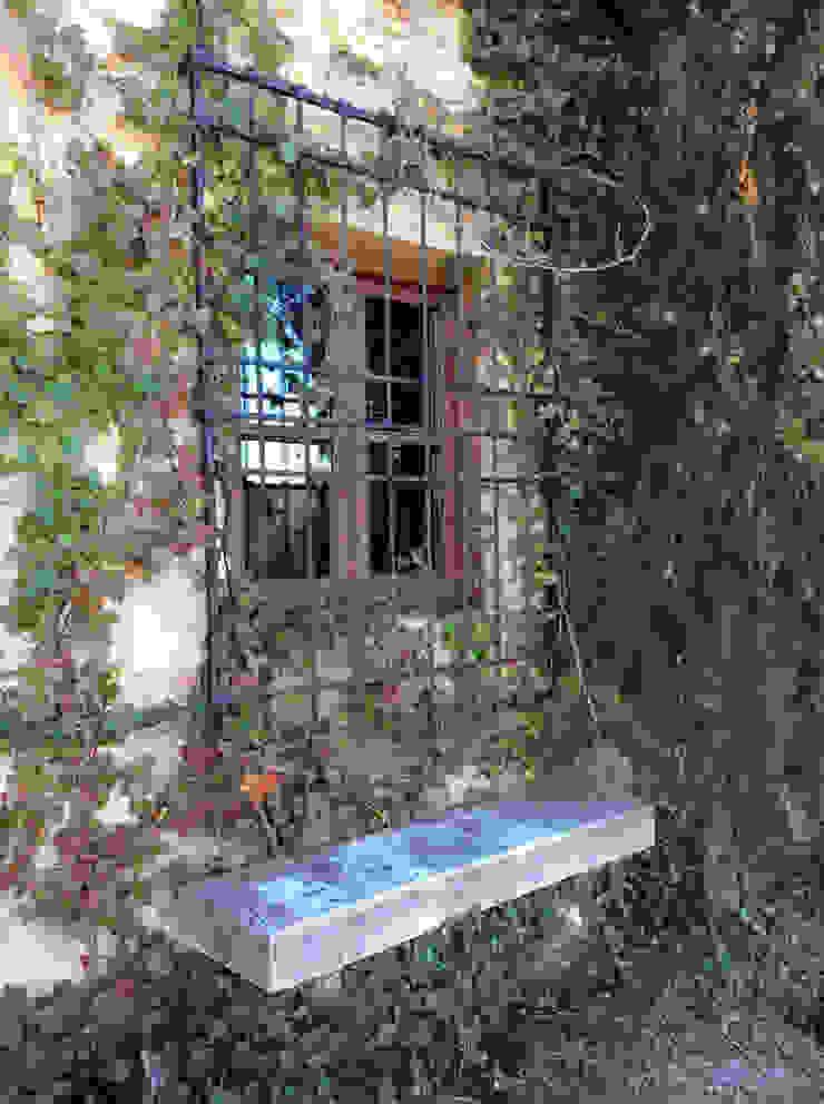 Banca de granito antiguo y reja recuperada por anticuable. Balcones y terrazas de estilo rural de Anticuable.com Rural