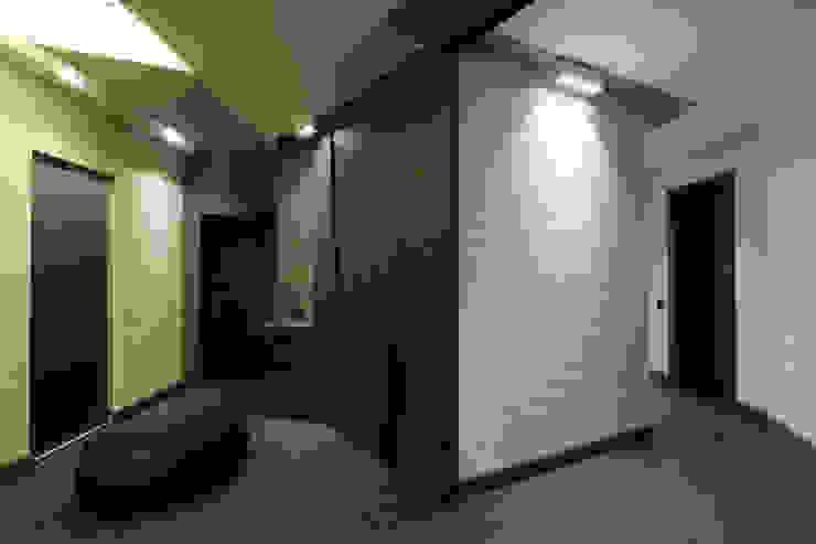 квартира на Станиславского Disobject architects Коридор, прихожая и лестница в модерн стиле