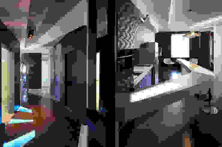 квартира на Масловке Коридор, прихожая и лестница в модерн стиле от Disobject architects Модерн