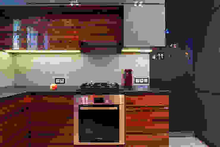 Nowoczesna kuchnia w szarościach i kolorach drewna: styl , w kategorii Kuchnia zaprojektowany przez Kameleon - Kreatywne Studio Projektowania Wnętrz,Nowoczesny