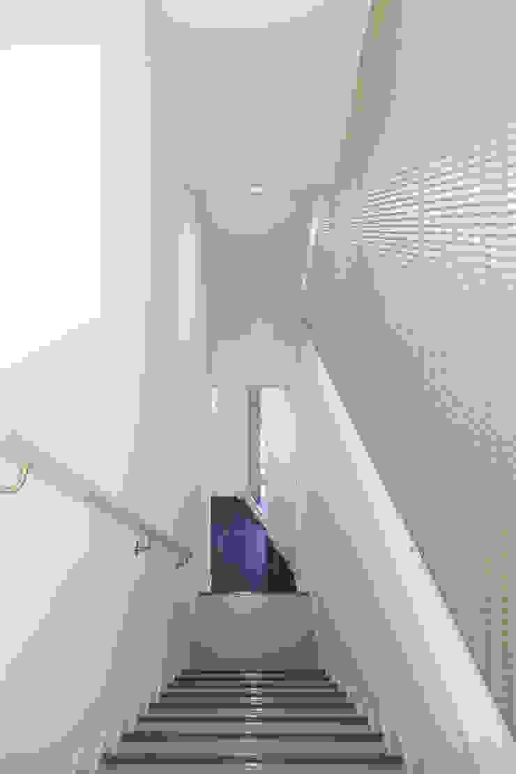 階段部分 の 白根博紀建築設計事務所 モダン