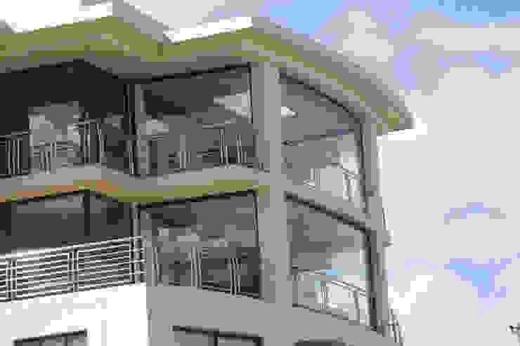 Zabudowa balkonu systemem bezramowym Nowoczesny balkon, taras i weranda od SERVIKO Nowoczesny