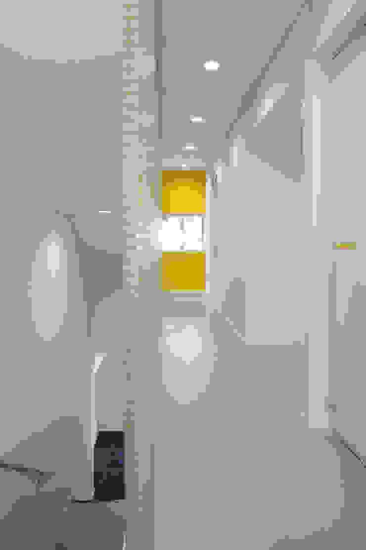廊下 の 白根博紀建築設計事務所 モダン