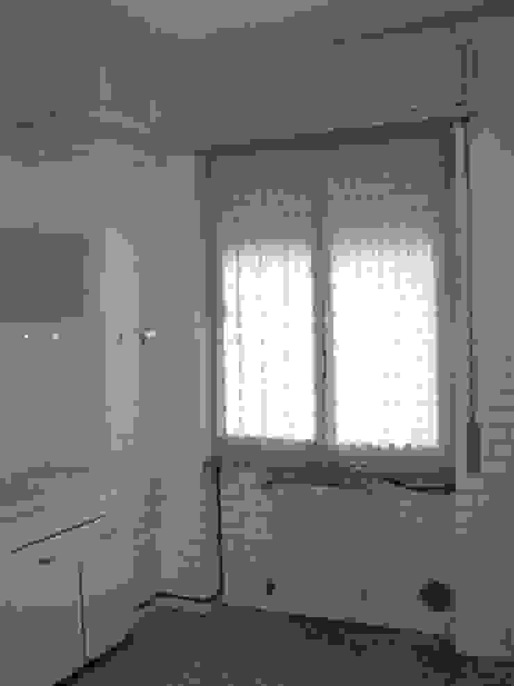 Ristrutturazione appartamento a Bergamo Cucina in stile classico di ARKHISTUDIO Classico