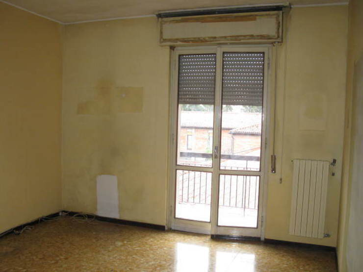 Ristrutturazione appartamento a Bergamo Soggiorno classico di ARKHISTUDIO Classico