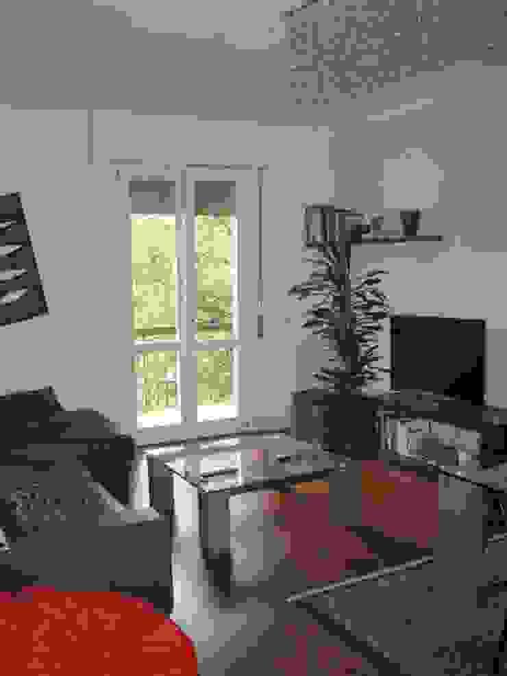 Ristrutturazione appartamento a Bergamo Soggiorno moderno di ARKHISTUDIO Moderno