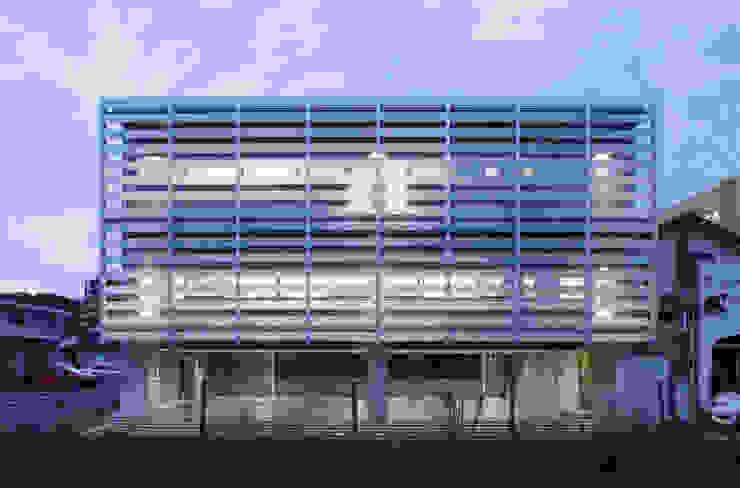 外観 夜景 の 白根博紀建築設計事務所 モダン