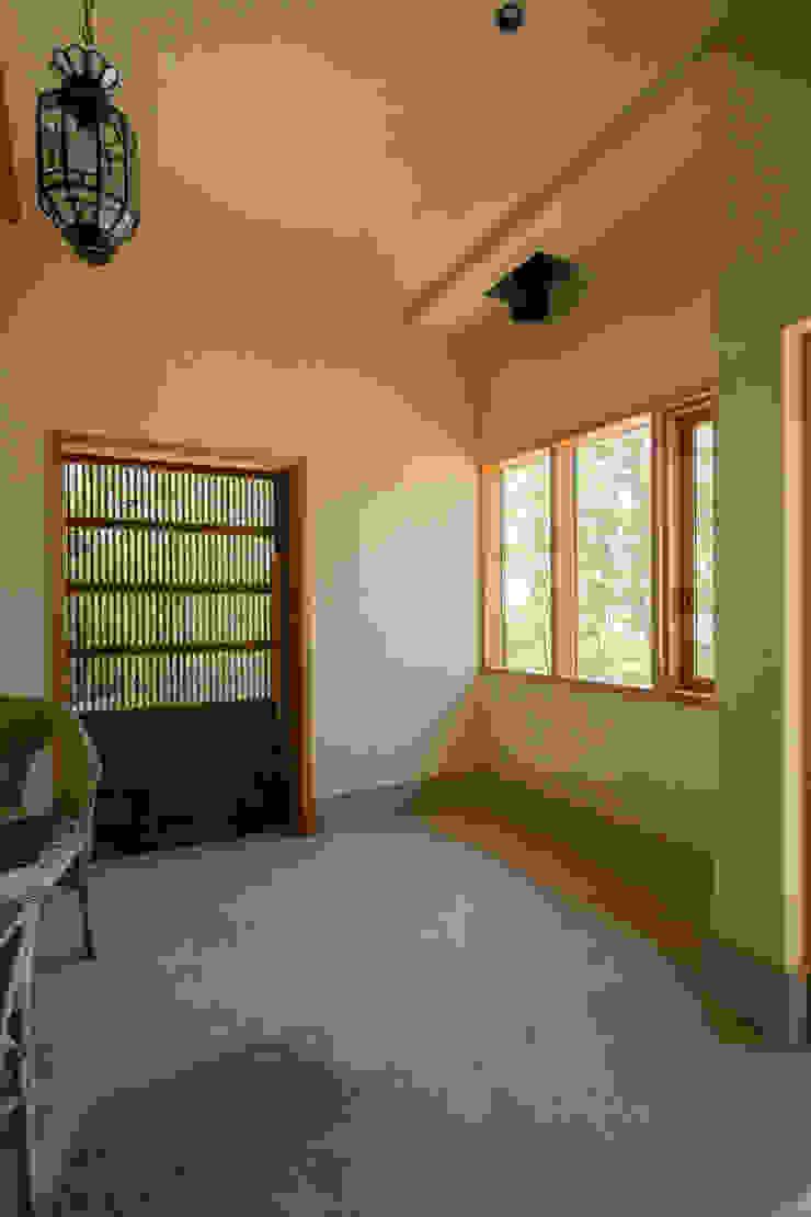 大泉の舎‐土間のある玄関 オリジナルな 壁&床 の 有限会社中村建築事務所 オリジナル