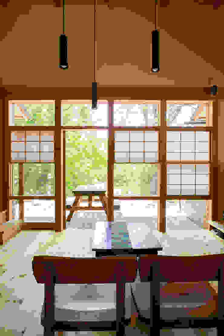 大泉の舎‐猫間障子のあるリビングルーム オリジナルデザインの リビング の 有限会社中村建築事務所 オリジナル