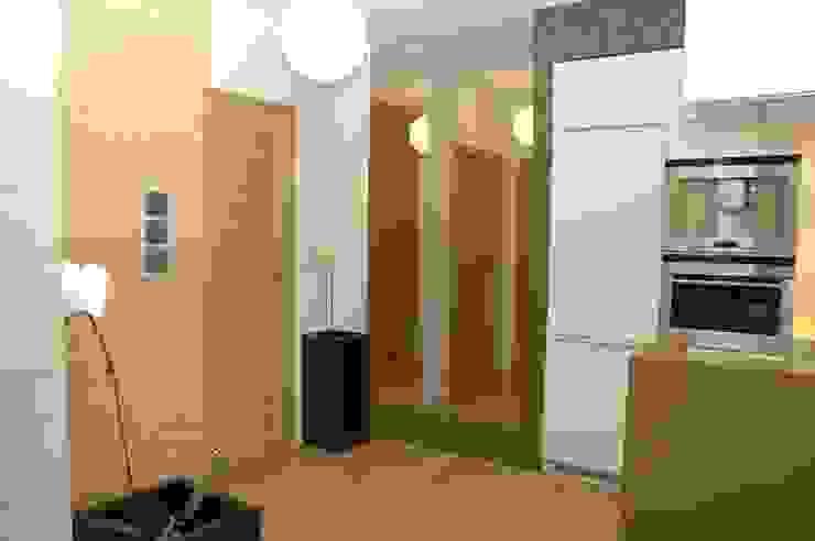 Moderne gangen, hallen & trappenhuizen van formativ. indywidualne projekty wnętrz Modern