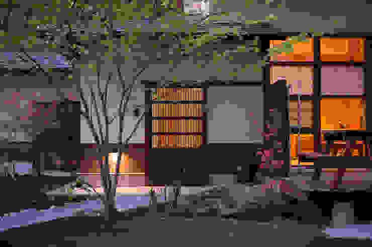 大泉の舎‐古い蔵戸のある玄関: 有限会社中村建築事務所が手掛けた家です。