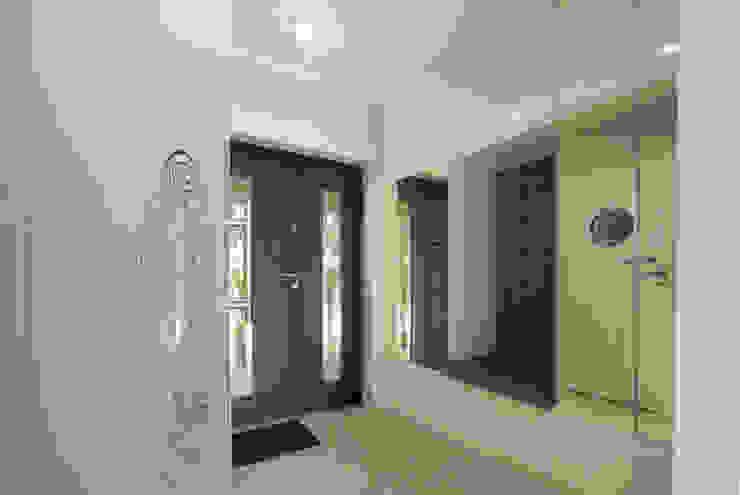 Luksusowe szarości Nowoczesny korytarz, przedpokój i schody od Kameleon - Kreatywne Studio Projektowania Wnętrz Nowoczesny