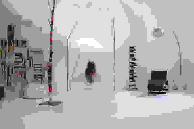 Pasillos y vestíbulos de estilo  por Serenella Pari design,